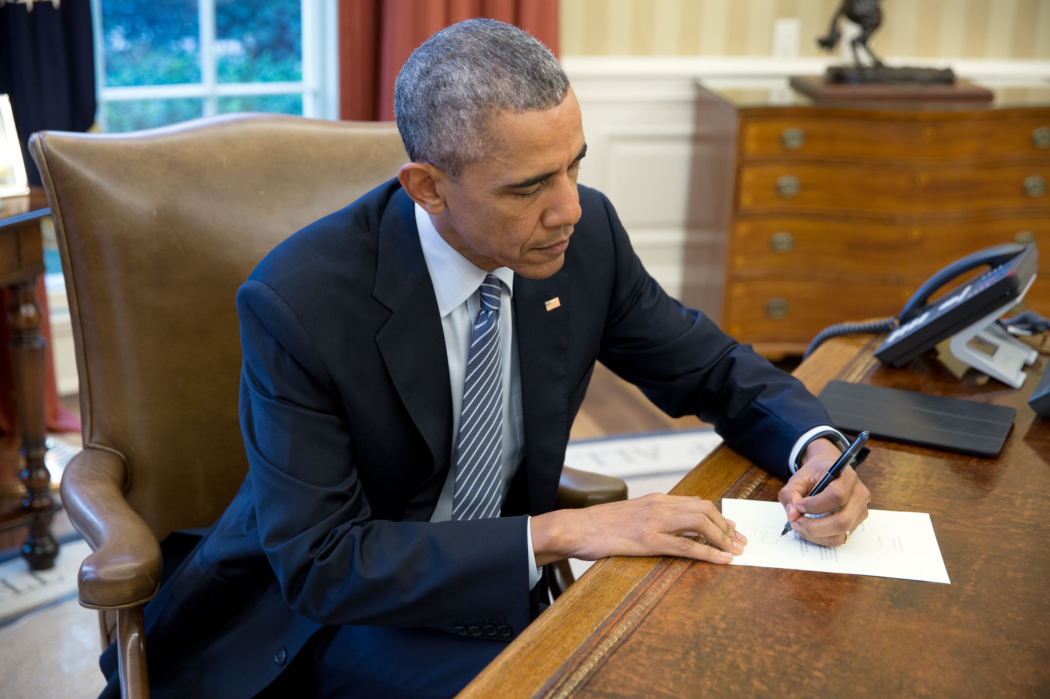 oval office july 2015. President Barack Obama Signs A Letter To Ileana Yarza, 76-year-old Oval Office July 2015 S